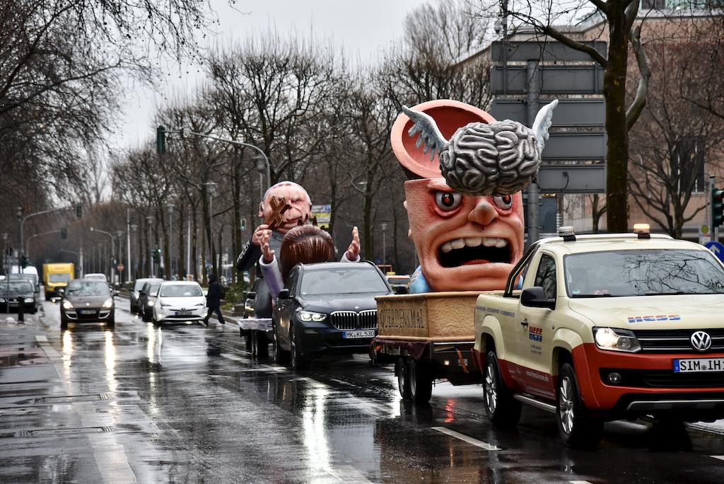 Die Mootowagen im Stadtgebiet unterwegs und immer mal wieder ein paar vereinzelte Jecken Foto: LOKALBÜRO