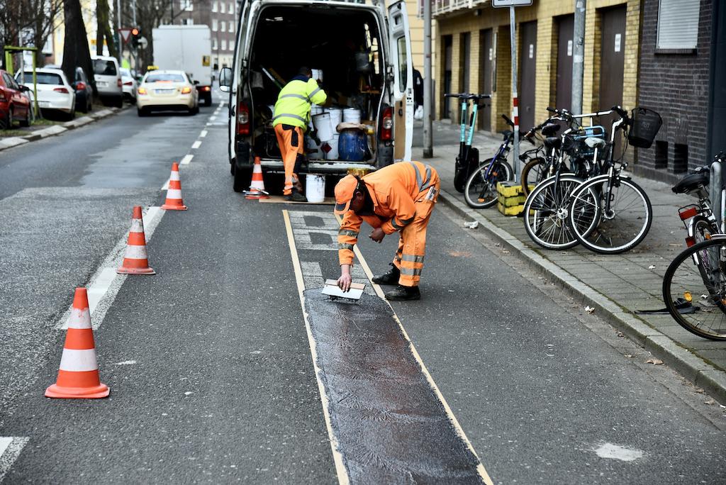 Erneuerung der Markierungen auf der Fahrbahn Foto: LOKALBÜRO