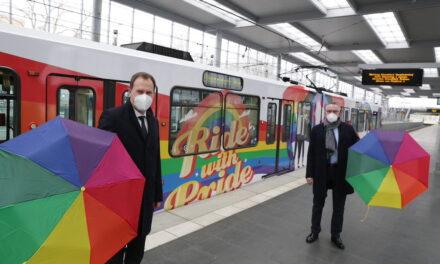 Regenbogen-Bahn macht die Stadt bunter und klärt über Vielfalt auf