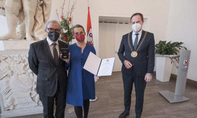 Jenny Jürgens mit Verdienstplakette der Landeshauptstadt ausgezeichnet