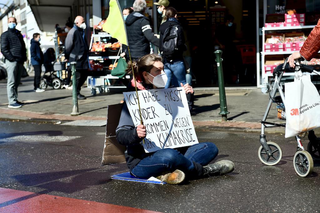 Aktivistinnen von Extinction Rebellion bei der Aktion in Düsseldorf Foto: LOKALBÜRO