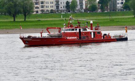 Tankschiff lief auf Grund — Feuerwehr begleiten Bergung — keine Verletzten