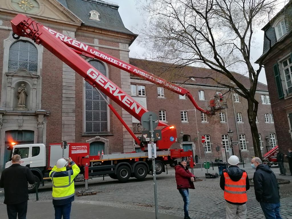Kräne zur Sicherung des Kreuzes Foto: LOKALBÜRO