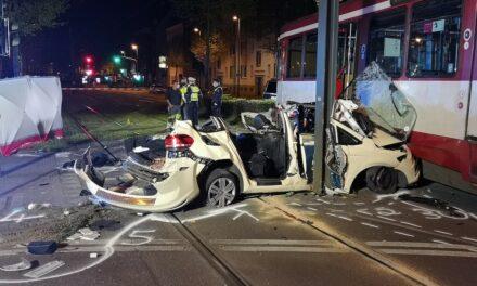 Wersten — Schwerer Verkehrsunfall — Taxi prallt gegen Straßenbahn