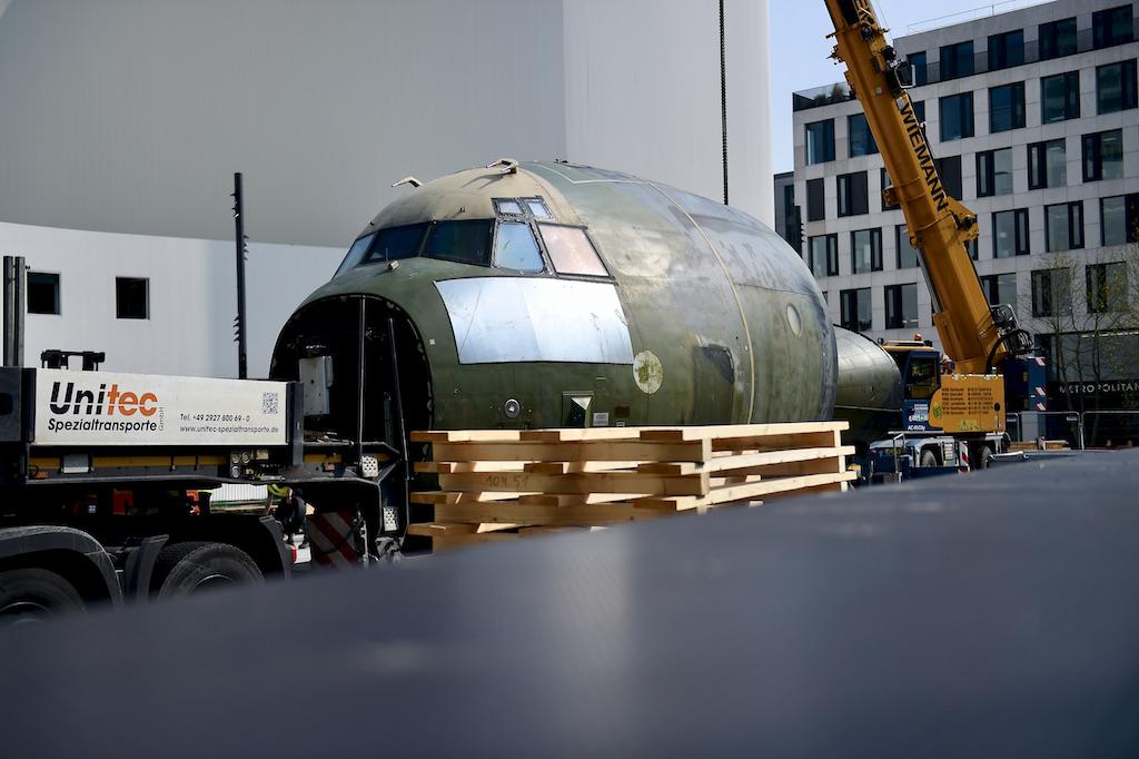 Tribünen- und Flugzeugaufbau auf dem Gustaf-Gründgens-Platzes Foto: LOKALBÜRO