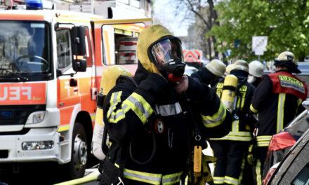 Brand in einer Lagerhalle in Düsseldorf Hellerhof