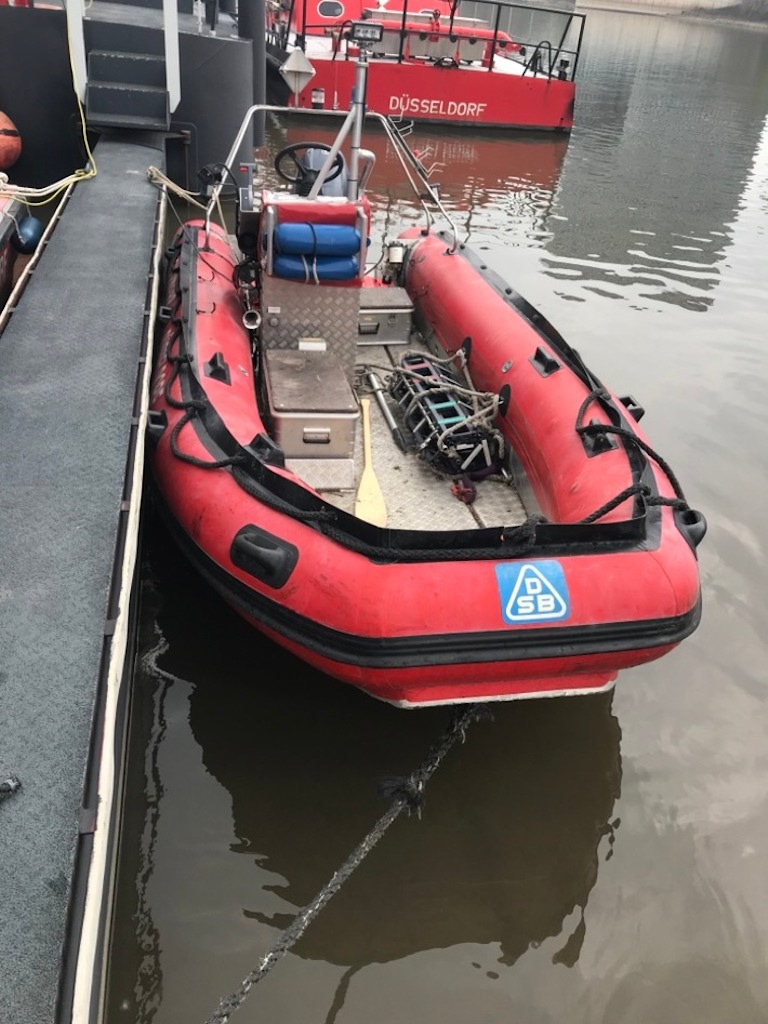 Das Rettungsboot der Feuerwehr Düsseldorf nachdem es in den Düsseldorfer Hafen eingeschleppt wurde.