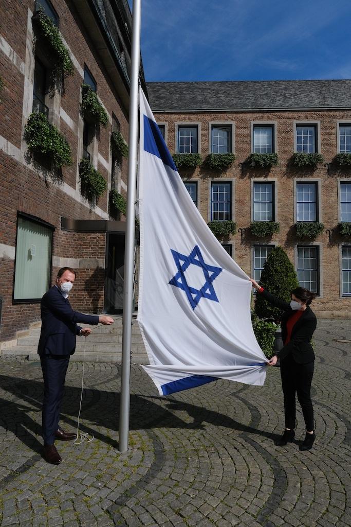 Oberbürgermeister Dr. Stephan Keller hat nach dem Brandanschlag am Rathaus persönlich eine neue Israel-Fahne gehisst und damit ein deutliches Zeichen gegen Antisemitismus gesetzt,(c)Landeshauptstadt Düsseldorf/Michael Gstettenbauer