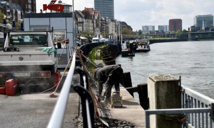 Plattform über den Rhein für das KD Tickethäuschen