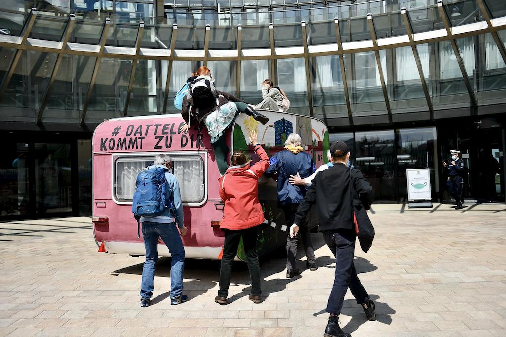 Aktivisten blockieren den Eingang zum Landtag und klettern auf das Vordach Foto: LOKALBÜRO