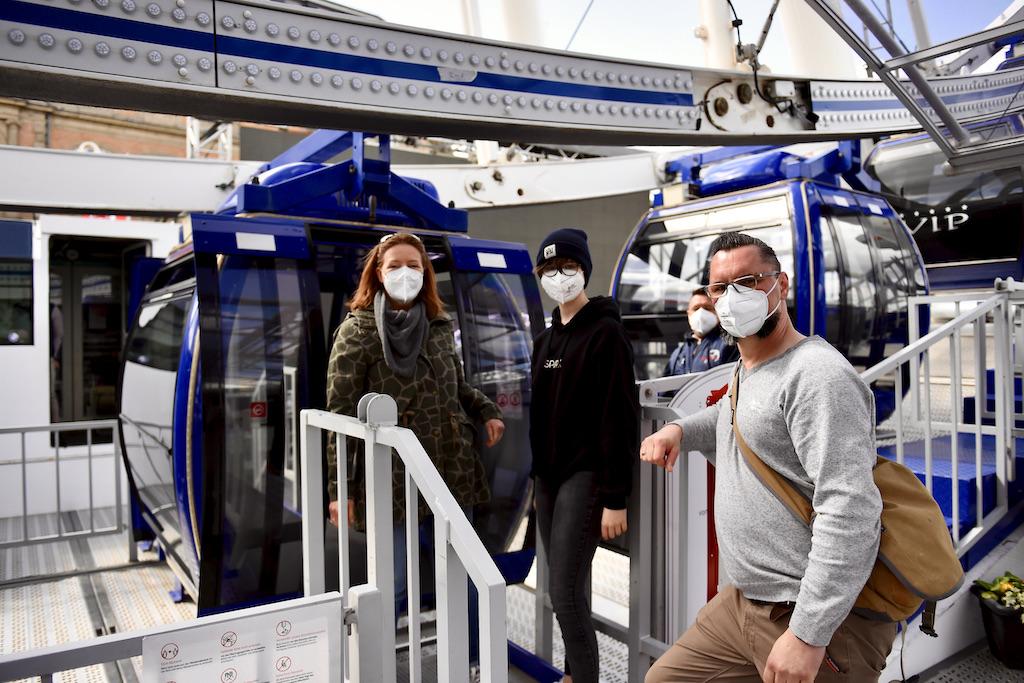 Familie Lui aus Düsseldorf waren die ersten Fahrgäste Foto: LOKALBÜRO