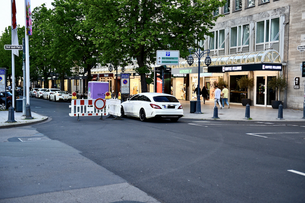 Autoposer drehten ihr Runden wieder nachdem die Sperrbalken entfernt wurden Foto: LOKALBÜRO