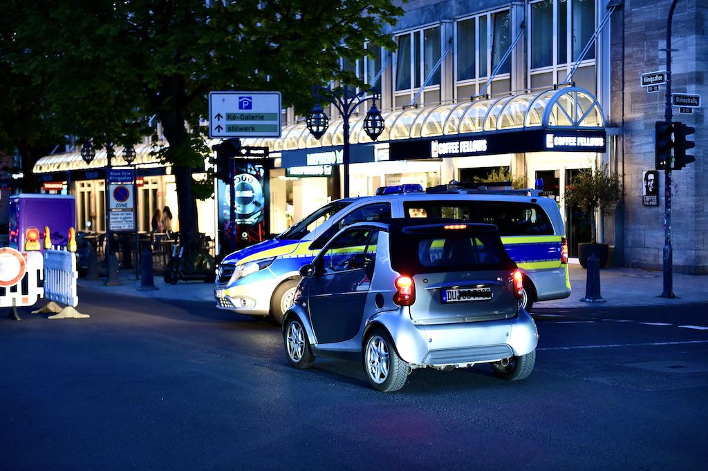 Polizei sperrt die KÖ erneut nachdem die Sperrbalken entfernt wurden Foto: LOKALBÜRO