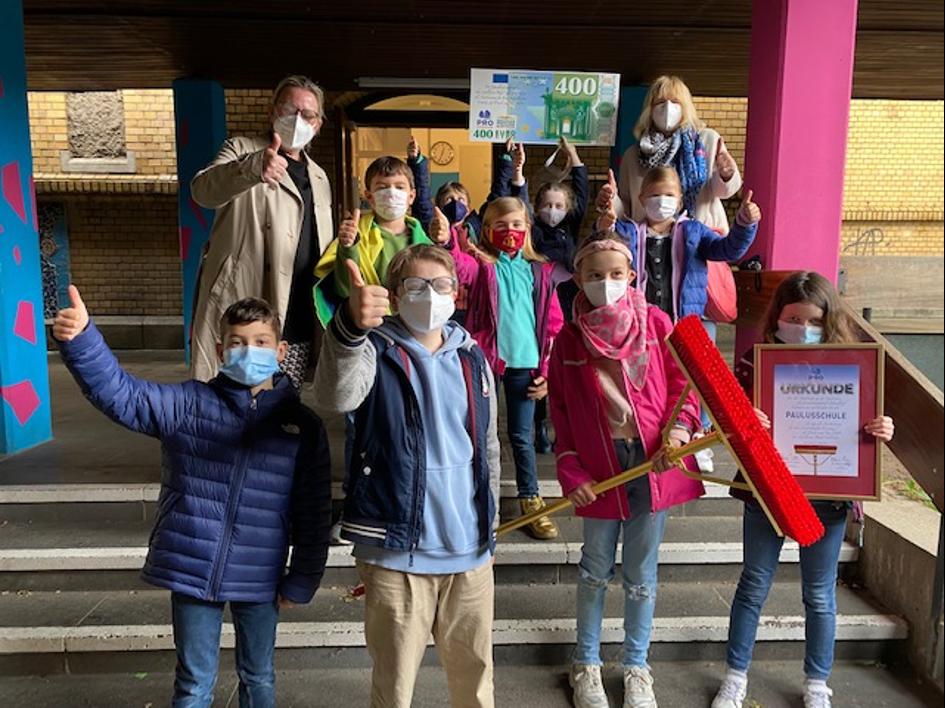 Schülerinnen und Schüler der Paulusschule, Konrektorin Ulrike Feuerpeil sowie Alexandra Heidrich von der Elternpflegschaft Foto: Pro Düsseldorf