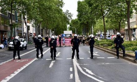 Demo in Düsseldorf — Polizei greift Journalisten an