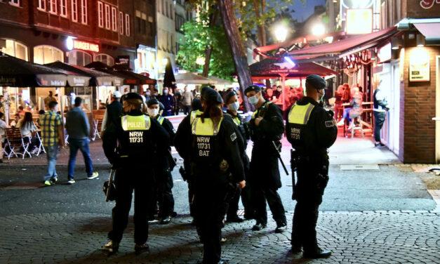 Insgesamt acht Einsatzkräfte der Polizei  wurden in der Altstadt verletzt