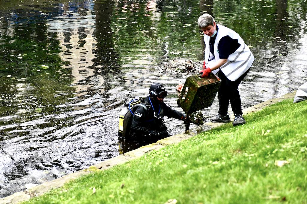 Vier Tauer vom DUC (Düsseldorfer Unterwasser Club reinigten den KÖ -Graben Foto: LOKALBÜRO