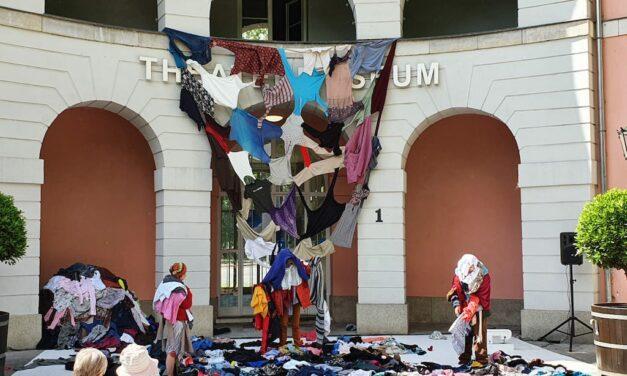 Tanz- und Objekttheaterstück KLAMOTTEN feiert erfolgreich Premiere vor dem Theatermuseum Düsseldorf