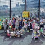 """Müllskulptur """"Plastic People"""" als Mahnmal am Stadtwerkepark"""