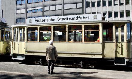 Oldie-Bahnen und ‑Busse nehmen wieder Fahrtauf