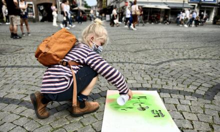 Kinder setzen mit Sprühkreide ein Zeichen für Nachhaltigkeit