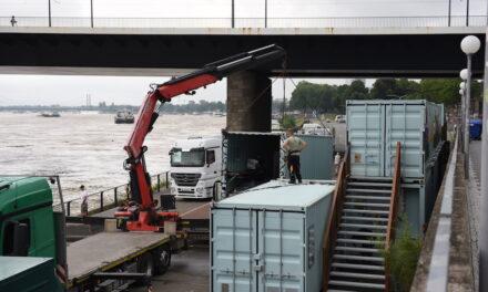 Container vom Stadtstrand werden wegen Hochwassergefahr abgebaut
