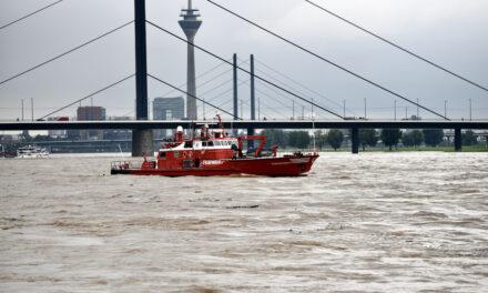 Feuerwehr sicherte Havaristen und schleppte ein Rettungsboot der DLRG in den Neusser Hafen