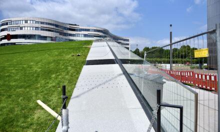 Wegeplatten am Dreiecksgebäude montiert