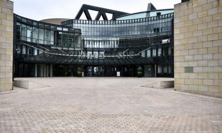 Illumination des Landtags anlässlich von 75 Jahre Nordrhein-Westfalen