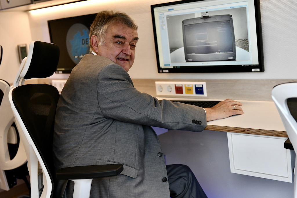 Minister Reul läßt sich die technik erklären Foto: LOKALBÜRO
