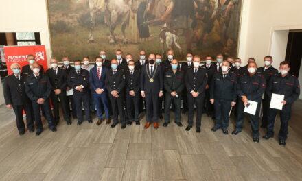 22 Feuerwehrleute im Rathaus ausgezeichnet