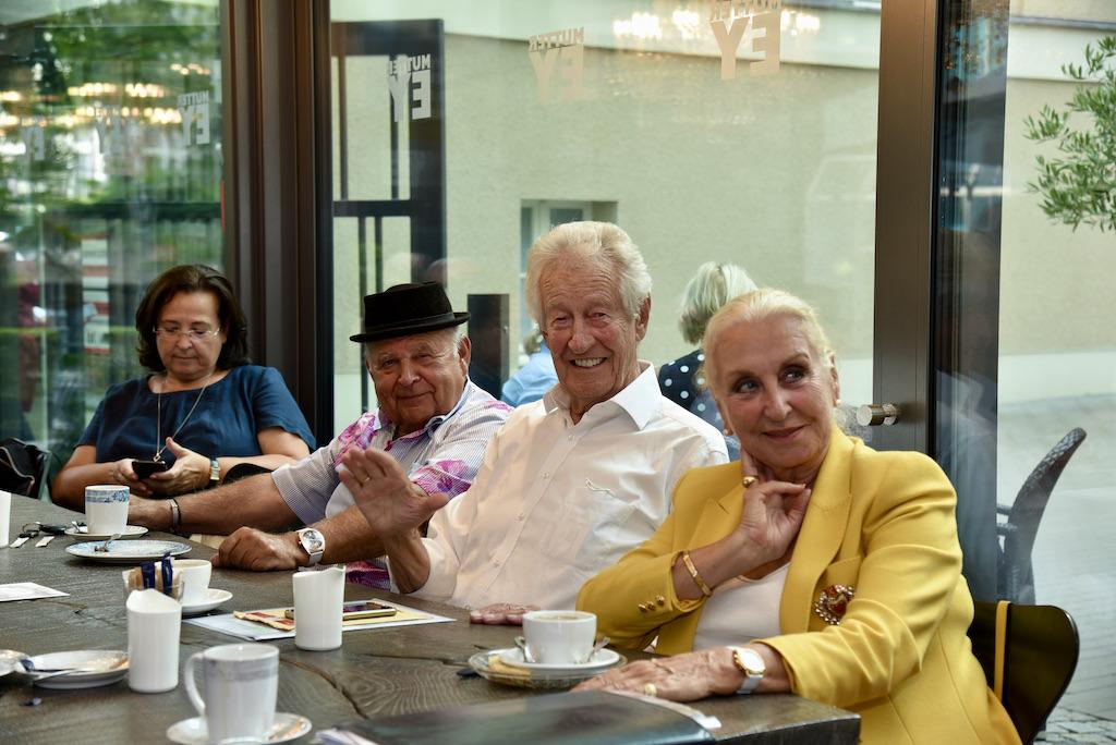 Gäste beim Kaffe Klatsch Foto: LOKALBÜRO