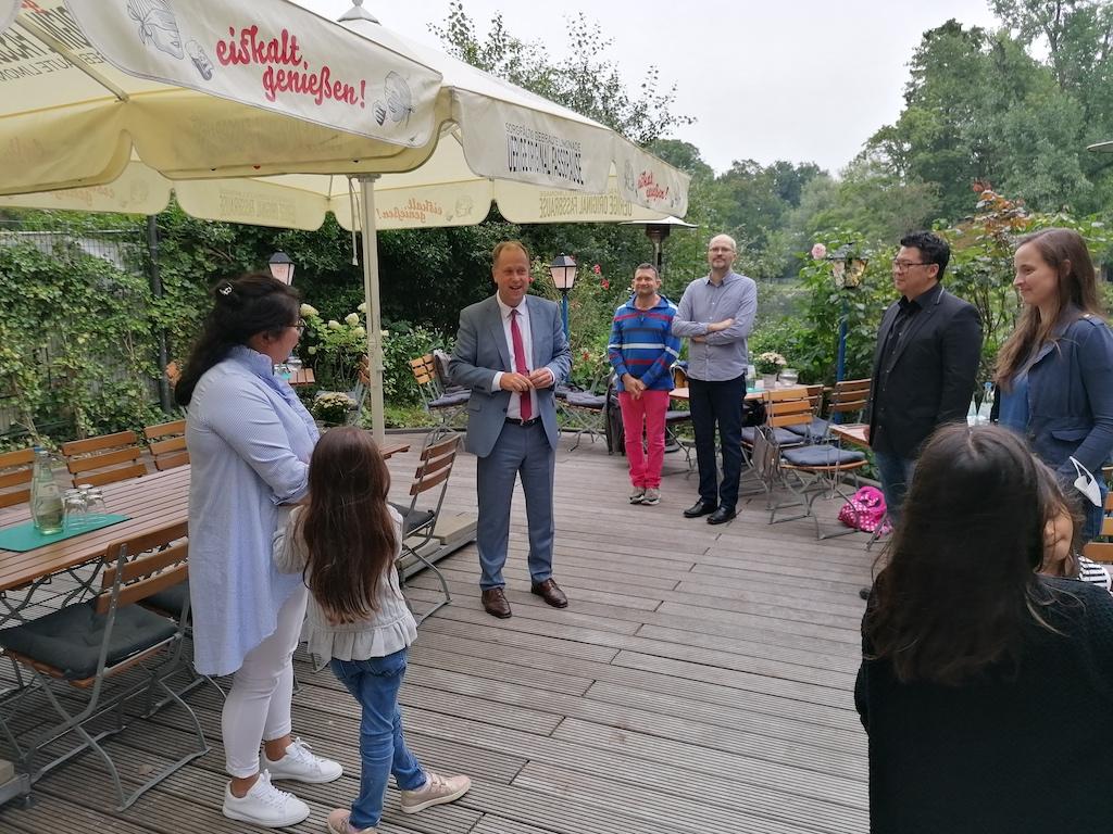 Minister Dr. Jochen Stamp bei seiner Begrüßungsrede Foto: LOKALBÜRO
