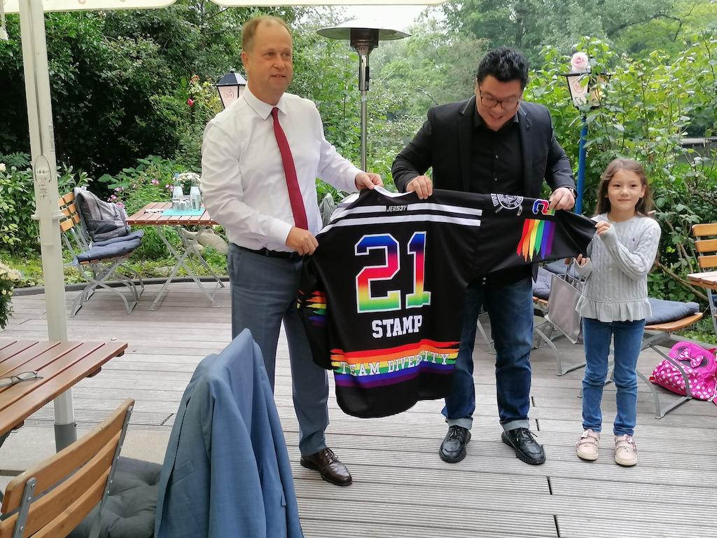 Dr. Martin Hyum überreicht dem Minister ein Eishockeytrikot Foto: LOKALBÜRO
