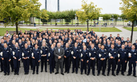 Polizeipräsident Norbert Wesseler begrüßt 190 Polizeibeamtinnen und ‑beamte sowie zwei Verwaltungsbeamtinnen in der Landeshauptstadt