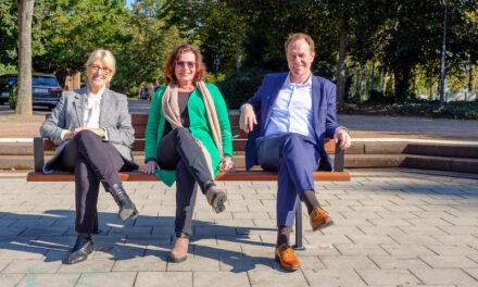 Sitzbänke in Grünanlagen, auf Friedhöfen und im Wildpark werden mit Armlehnen nachgerüstet
