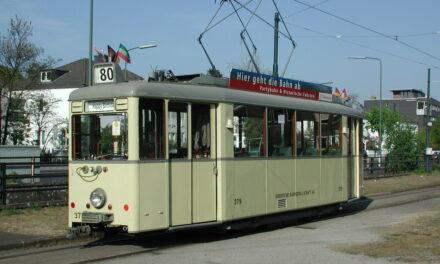 Oldiebahnen pendeln zur Ausstellung im historischen Betriebshof Am Steinberg