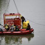 Taucherstaffel der Feuerwehr demonstriert Bergung eines PKW's